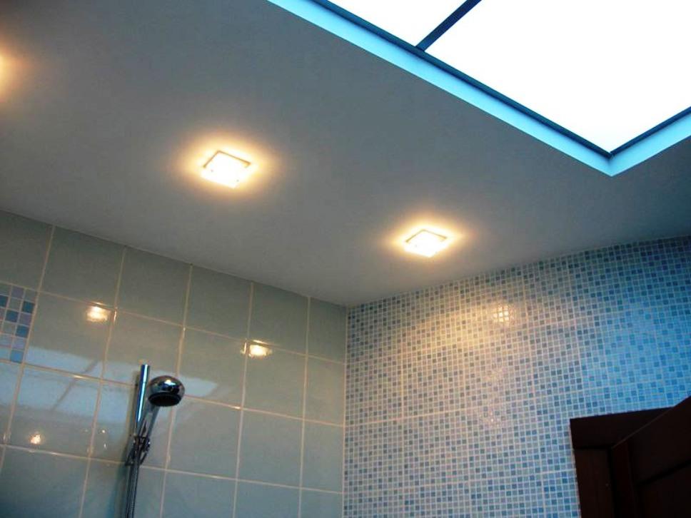 как сделать потолок в ванной комнате фото